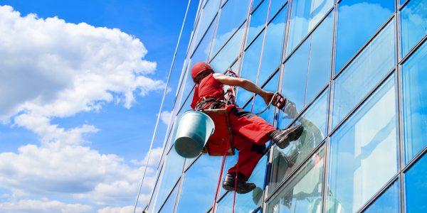 aukštuminių langų valymas